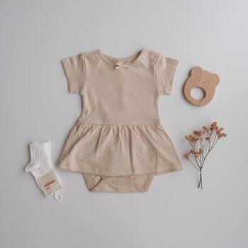 上質なオーガニックコットンのみを使用しているQUINCY MAE(クインシー メイ)のお洋服。ほっとするような色合いとシンプルなデザインはお子さまとの毎日に安らぎを与えてくれるはず。こちらは着脱がしやすいワンピース型のロンパース。品のある雰囲気なので、お出かけ着としても◎。