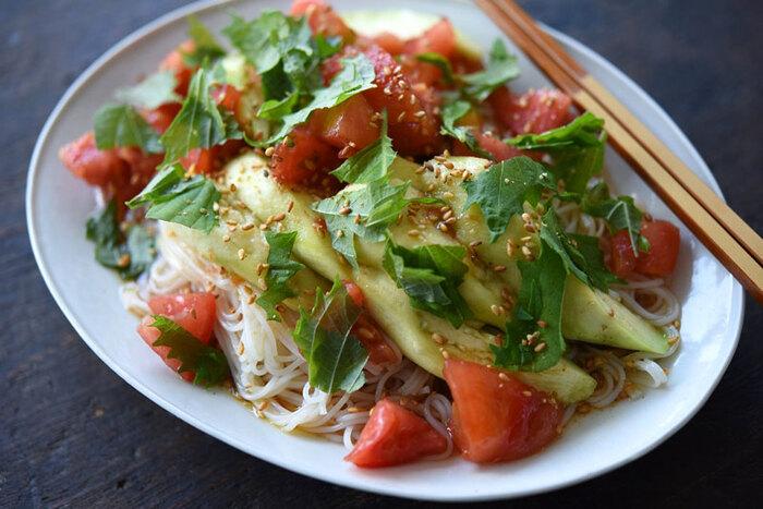 食欲の落ちる暑い時期にツルツル食べられておいしい、トマトのぶっかけそうめんです。なすはレンジで加熱するので時短になりますね。