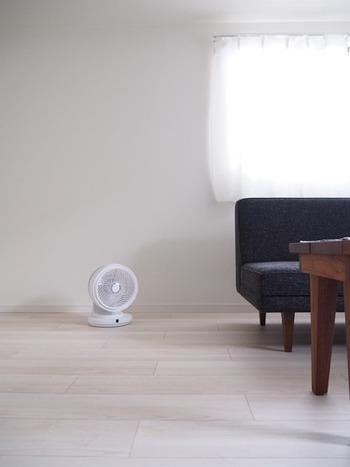 冷房で部屋は冷えるけど、難しいのは適温に保つこと。いまいち涼しくならなかったり、寒すぎたり、加減が本当に難しいですよね。その点、空気を送り、循環させる扇風機やサーキュレーターは、気温そのものを下げるわけのではないので、体の負担が軽い上、湿気が飛ぶので、体感としても涼しく感じます。賢い取り入れ方、使い方を覚えて、家の空気を良い状態に保ちましょう。
