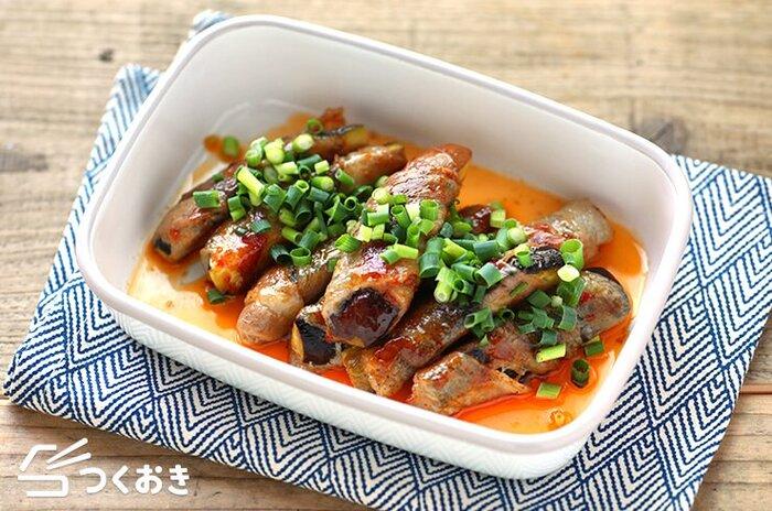 ピリ辛味でおつまみにもOKの、なすの中華風豚バラ巻きのレシピ。仕上げに小口ねぎをまぶして彩りよく♪