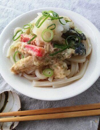 香り高い青のり入りの天ぷら衣で揚げた具材をたっぷりのせた、ボリュームも食べ応えも満点の冷やしうどんです。