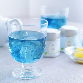 見ているだけで涼しくなるような、美しいブルーの緑茶です。「バタフライピー」という青い花によって、この色合いが出るのです。宇治茶をベースに、フルーツや花の香りがブレンドされています。