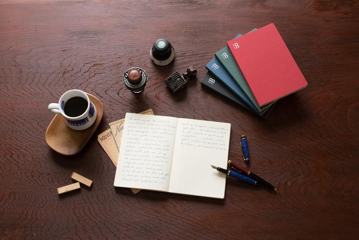 ハードカバーの書籍のような上質なリネンクロス仕立ての表紙に、柔らかなクリーム色のページが特徴の「BOOK NOTE」。創業70年、東京の製本工房、渡邉製本が作るオリジナルのノートです。