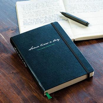 こちらはドイツ製の5年日記。日付がないので好きな日から始めることができ、1日ごとに書くスペースが少ないので無理なく気負わずに書けるのが人気です。表紙は4色展開なので、お好みの色を選んで。