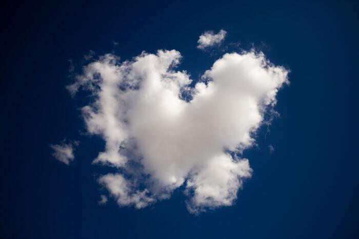 空に浮かぶ雲がお菓子や動物の形に似ているのを探す遊びは、幼い頃はよくやりましたよね。視覚的な情報から別のものを思い描く、その先のストーリーを思い浮かべるのは、右脳を働かせるのにもいいですよ。刻一刻と形を変える空は、一瞬として同じ風景はありません。空の青さや雲の流れていく行方、風の音など、自然を思い切り感じましょう。