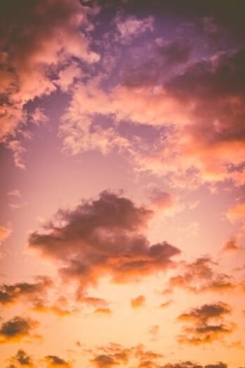 真っ青な空だけでなく、どこか切ない夕暮れの空やロマンチックな夜空も、ぼうっと眺めて過ごすと自分を癒す時間になります。特に夕日のオレンジには、癒やしを与えて気分を穏やかにし、明日のやる気が湧いてくるプラスの力があるといわれますよ。夜空には心を鎮める効果が。時間帯としても副交感神経が優位にあり、静寂と暗闇の中で安らげる一時になります。