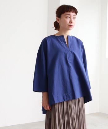 コットンリネンの高密度素材で仕上げた、きちんと感のあるスキッパーブラウスです。ゆったりと着られるオーバーシルエットで、スキッパーデザインとのバランス感が抜群。ブルーのブラウスは、爽やかな夏コーデにもぴったりですね。