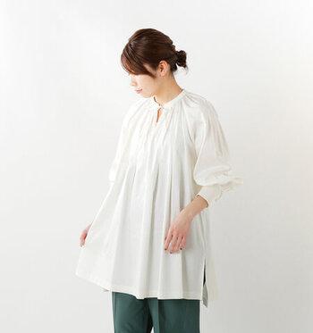 スキッパーデザインの白ブラウスは、胸元にリボンをほどこして大人ガーリーな雰囲気に。肩の切り替えがなくゆったりと着られる点や、前後の丈感に差があり、着るだけでこなれ感を演出できるのがポイントです。