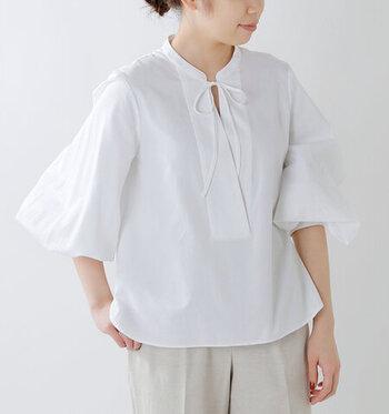 袖にボリュームを持たせた白のスキッパーブラウスは、胸元のリボンでシンプルになり過ぎないデザインに。長袖のトップスですが、袖をまくってパフスリーブのように着用できるので、ロングシーズン活躍してくれるトップスです。