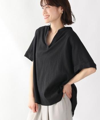 麻レーヨン素材で軽やかに着こなせる、黒のスキッパーシャツです。フロントはベーシックなスキッパーデザインですが、バックスタイルには外せるボタンを並べたデザインが特徴。裾のボタンを外して、スリット風に着こなしても◎