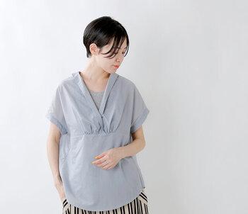 大きく開いたスキッパーデザインのブラウスは、エレガントな雰囲気を演出できる一枚です。ラフに折り返した袖や、胸元に寄せたギャザーがシンプルながらもおしゃれ見えするポイント。バックスタイルには襟とボタンが付いていて、後ろ姿までおしゃれに仕上げてくれます。