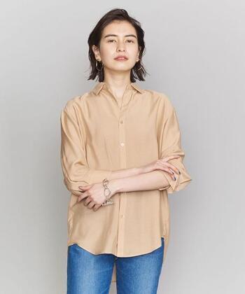 ベーシックな無地のベージュシャツに、スキッパーネックデザインをプラス。手首が見える七分丈のトップスなので、ロールアップしたり羽織ったりと暑い季節にも大活躍してくれます。シアーな質感なので、着るだけでトレンド感が高まりますね。