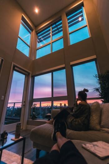 """空を眺めてぼうっとする時間。その恩恵を最大限に受けるために守りたい約束事が、""""自分を責めない""""ことです。日々の出来事を思い出しても、答え合わせをしたり自分を責めたりする時間にしてしまっては、心はますます休まりません。あるがまま受け止め、いつもより少し気楽に捉えられることが理想ですよ。"""