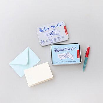 ポップなイラストが描かれたミニサイズの缶ケースに、カードと封筒が10枚ずつセットになったアイテムです。ちょっとしたメモを残すときや、感謝の気持ちを伝えたいときなど、デスクに常備していればいざというときに役立ってくれます。出しっぱなしでもOKの、キュートなデザインがポイントですね。