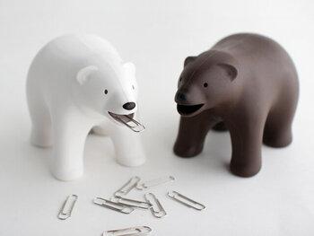 熊の形をしたオブジェかと思いきや、口や背中にクリップがくっつくクリップホルダーなんです。