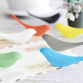 小鳥の形をした、とってもおしゃれなペーパーナイフ。机や棚の上にちょこんと置いておけるので、使用していないときはオブジェ感覚で飾っても◎