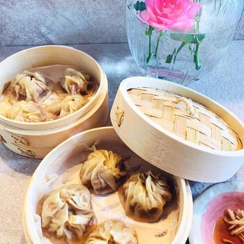 台湾といえば点心、なかでも小籠包が有名です。こちらは餃子の皮やガラスープ、ゼラチンなど、市販品を上手に使って作る、チャレンジしやすいレシピです。