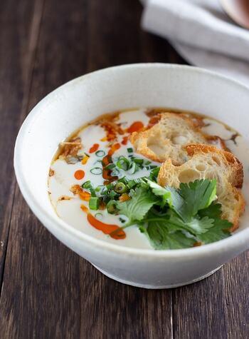 鹹豆漿(シェントウジャン)は台湾の朝ごはんの定番料理。台湾のあげパン「油條」を胡麻油で焼いたフランスパンで代用。酢に温めた豆乳を加えることで、おぼろ豆腐のようにゆるく固まって食感も楽しめます。