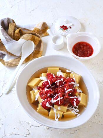 豆乳ベースのヘルシーなスイーツで、プリンのような食感を楽しめる豆花。こちらはゼラチンを使って、お手軽に豆花を再現できるレシピです。マンゴーピューレを加えてフルーティーな味わいに。