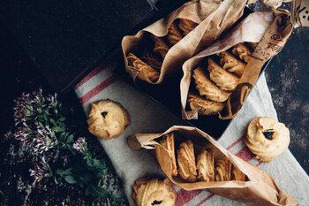 ふつうのクッキーの材料は、バターと粉と卵とお砂糖といたってシンプル。そのぶん産地にはとことんこだわっています。シンプルだからこそ、素材の良さが引き立ちます。素朴な味に、パクパクと食べる手が止まらなくなるクッキーですよ。
