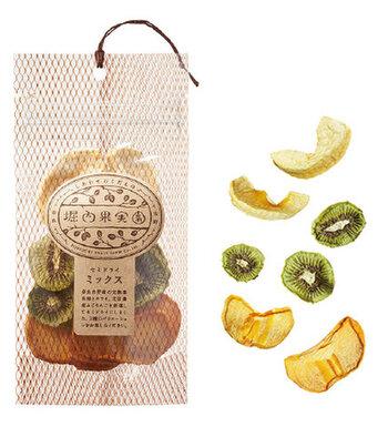 果物のうまみがギュッと凝縮された、ドライフルーツです。完熟まで待って収穫することで、果物本来の鮮やかな色になるそう。丁寧に手作業で作られたドライフルーツは、身体に沁みわたるやさしい甘さです。