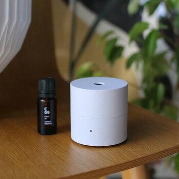 """@aroma(アットアロマ)の""""kō(コウ)""""はシンプルなデザインが人気のファンディフューザーです。コンパクトなサイズ感は、家の中で持ち歩くのにとっても便利。使用するのは100%天然のエッセンシャルオイルのみで、小さいけれど本格的な香りを堪能できますよ。"""