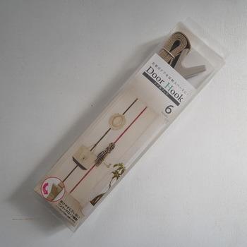 大きなドアを、上から下まで活用できるこのアイテム。フックの位置は移動できるので、収納するアイテムによってピッチを変えて使う事が出来ます。