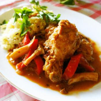 骨付きの鶏肉が入り、ボリュームも味も満足度の高い、スパイスから作る本格的なインド風カレー。本格的ながら、仕上げにヨーグルトを加えることで、口当たりがよくマイルドに仕上がるのも嬉しいポイントです。