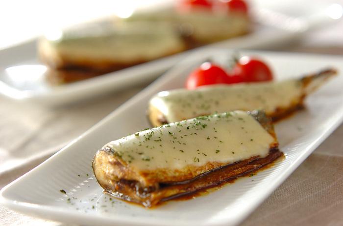 たまには、ちょっと変わったオシャレな秋刀魚レシピにチャレンジしてみたいときにおすすめのレシピ。カレー風味のタレで焼いたサンマにチーズをのせた、見た目もオシャレな一品は、和洋どちらのおもてなし料理にも使えそう。