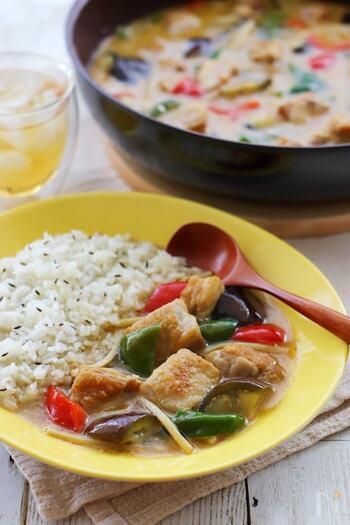 お店でいただいたり、市販のルウで作っていた、タイ料理の人気メニューのグリーンカレーが、たった3種類のスパイスで、おうちで簡単に作ることができるんです。野菜たっぷりでエスニックな味わいは夏のカレーメニューの定番として何度も作りたくなりそう。