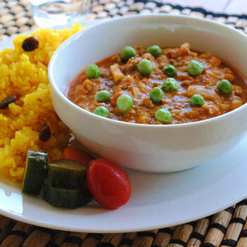 トッピングのグリーンの豆と、ターメリックライスとカレーの彩りも美しく、食欲がそそられるキーマカレープレートは、レンコンが入り、風味も食感も◎。ピクルスやプチトマトなどを添えればより見栄えがよくなり、お家にいながら、素敵なカフェ飯気分を味わえそう。