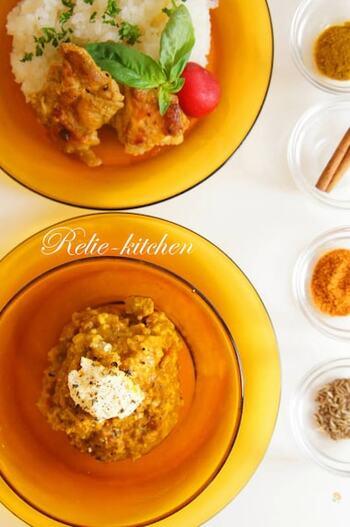 肉を使ったカレーやシーフードのカレーも美味しいけれど豆のカレーもヘルシーで人気があります。こちらは各種スパイスや、インドの豆などで作る本格的な豆カレーですが、豆は大豆の水煮や、ひよこまめの水煮などスーパーで手軽に購入できる豆でも作れて◎。