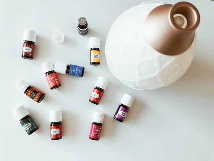 自分好みの香りをチョイスすると、リラックス効果が優先されてしまうことがあります。覚醒の効果がある香りとしては、ペパーミント、ローズマリー・シネオール、グレープフルーツ、レモンなどがおすすめ。  アロマディフューザーなどを使って、お部屋をいい香りで満たしてみましょう。頭がすっきりとしてやる気がアップしてきます。
