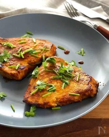 カジキをカレー粉などのマリネスパイス液に漬け込み、フライパンで両面焼き色がつくまで焼いたソテー。1時間以上漬け込んでから焼くと美味しいので前日に漬け込んでおくのも◎。また、カジキ以外に、鮭やアジ、ブリなどでも美味しくいただけるので、色々な魚で作ってみるのも良いかも。