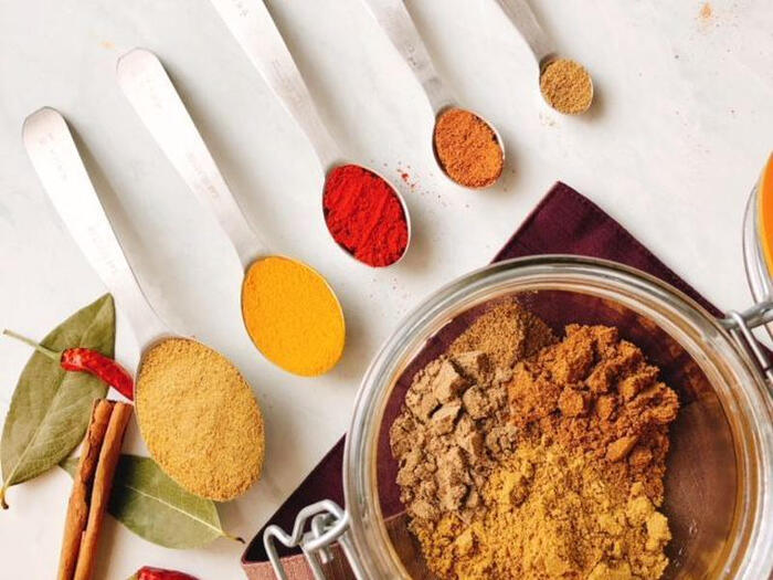 コリアンダー 、ターメリックなど7種類のスパイスで自家製のカレー粉を作って保存。スパイスがあれば、あとは混ぜるだけで香り良いカレー粉の完成です。冷蔵庫で保存しておけば、思い立ったらすぐに美味しい自家製カレーを作れて便利。しかも大人用にはチリパウダーやレッドペパーを加えて自由に辛さの調整ができるのも嬉しいポイントです。