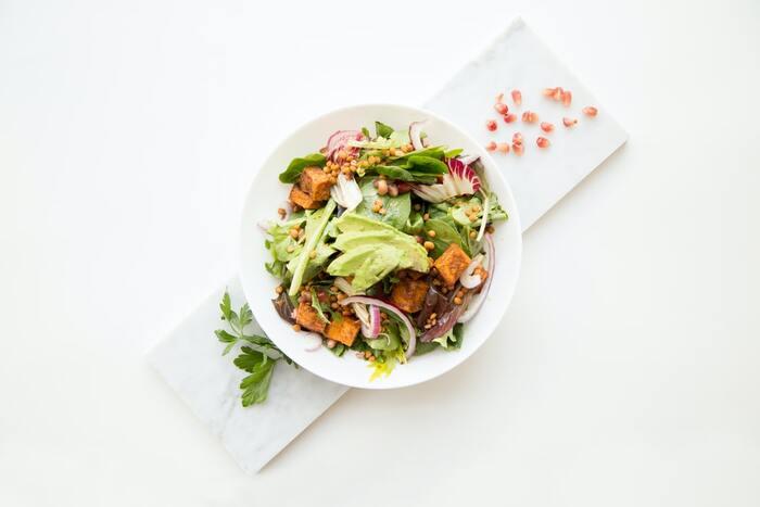 腸からくるお腹ぽっこりには食物繊維が効果的!野菜は食物繊維が豊富なので、ぜひたくさんとりましょう。いつもの食事にサラダを一つ加えるだけでもかなり違います。さらに、食物繊維はお腹にたまりやすいので、食べすぎも防止できますよ♪