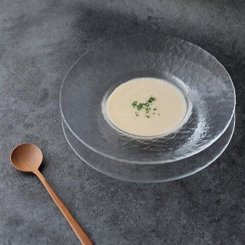 木村硝子店の、ガラスのリムプレート。スープやサラダにぴったりのサイズです。他のガラス皿を比べても、お手頃価格なのが嬉しいポイント。