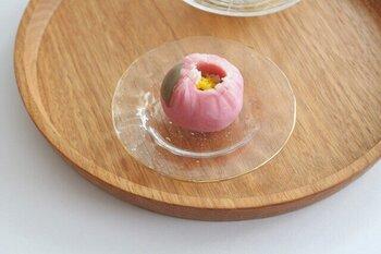 金津沙矢香さんの豆皿。花びらのようなデザインが美しい。すこし深さがあるので、浅漬けや醤油皿にももちろん使えますが、和菓子を置いても美しいですね。