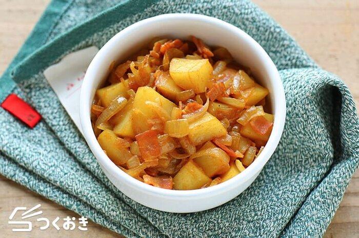 15分ほどで作ることができる、じゃがいもとベーコンのカレー炒め。カレー粉以外に、みりんと醤油が入り、和風の風味が加わり、食べやすく、お弁当のおかずにもピッタリ。しかも冷蔵保存が5日ほど可能なのでたっぷり作り置きしておくと良いかも。