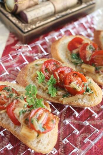 なめたけとミニトマトで簡単に作れるレシピ。味付けには赤ワインビネガーを使うのがポイントです!和風のなめたけが、ワインにも合う大人な一品に仕上がりますよ。