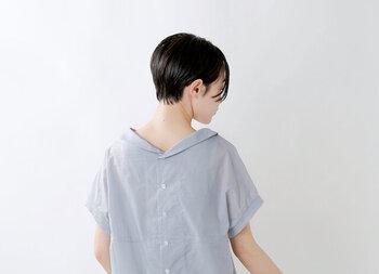 薄着になればなるほど誤魔化すのが難しくなる背中のお肉。あえて襟元が開いたものを選ぶことで、圧迫感を減らし、背中の大きさを気にならなくすることができます。上のように背中がV字に開いたものや、襟抜きシャツを選ぶのがおすすめです。