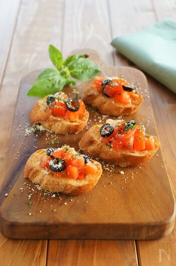 トマトとオリーブで大人な味わいのブルスケッタ。仕上げにパルメザンチーズをふりかけると、見た目もおしゃれでお店で出てくるような一品になります!