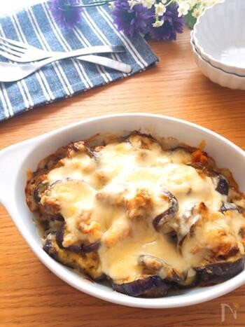 上記と同じくカレー粉とマヨネーズの組み合わせが美味しい、カレーマヨチーズ焼き。さばの味噌煮缶を使って簡単に作れるレシピは、カレー粉でサバの生臭さが消えるので、サバが苦手な方でも美味しくいただけそう。さらにチーズも加わり、より食べやすくて◎。
