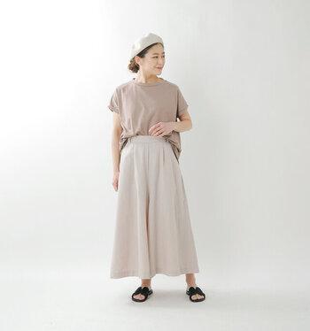 ナチュラル感たっぷりのリネン素材のフレアパンツは、風通しの良いスカートのような幅広デザイン。実はバックゴムが隠れていて、きれいめながらリラックス感のある穿き心地です。足元のサンダルが映えるくるぶし丈も魅力。