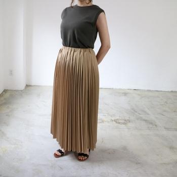 ランダムプリーツが今っぽいロングスカートは、細かなひだで視線を分散させながら、気になるパーツをしっかりカバーしてくれます。きれいめアイテムながらウエストゴムで楽ちん。