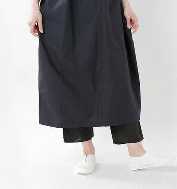 コットン100%で作られた、柔らかで着心地のよいペチパンツ。ひざ下丈のスカートやワンピースと合わせてナチュラルな着こなしを楽しむことができます。