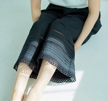 裾に繊細なレースの飾りがついた、可憐さ漂うデザイン。重ねるだけで、いつものスカートやワンピースがクラスアップ。