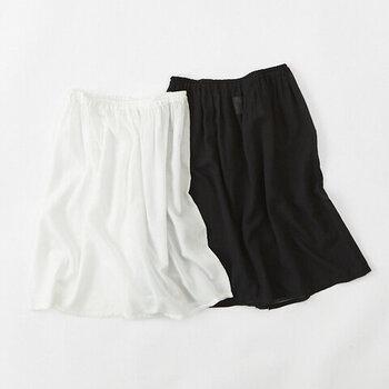 ふんわりと空気をまとう、コットン100%の軽やかなペチスカート。透けるのを防いでくれるのはもちろん、上に履くスカートの形をきれいに見せてくれる効果も。