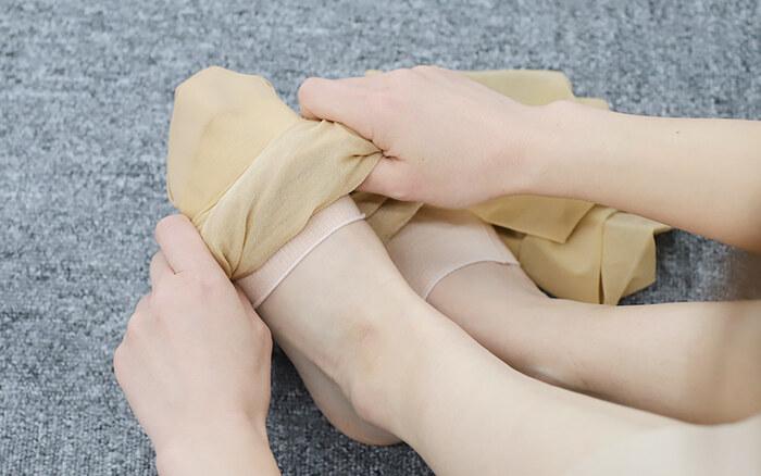 夏場だってストッキングや靴下を履かなくてはいけないシーンは多々ありますよね。気になる足元のムレの強い味方になってくれるのが、つま先インナー靴下。吸湿・放湿性の高いシルク素材の靴下を一枚仕込んであげることで、汗を逃し快適に過ごすことができますよ。