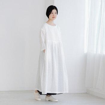 透けが気になる真っ白なワンピースには、あえて黒のペチパンツを合わせてみて。裾から見せてあげることで、透ける心配もなく、着こなしにメリハリも。